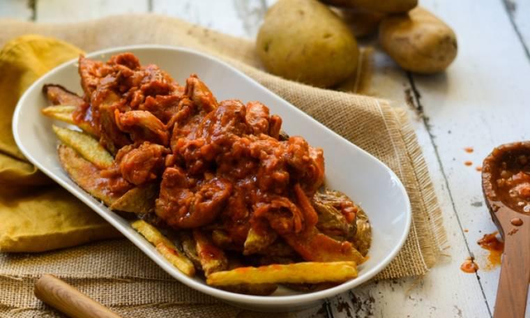 Κοτόπουλο κοκκινιστό με πατάτες τηγανιτές