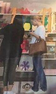 Σία Κοσιώνη: Στα Μελίσσια κάνοντας ψώνια για τον γιο της