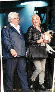 Ελένη Μενεγάκη: Η οικογενειακή εξόρμηση αγκαλιά με το σκυλάκι