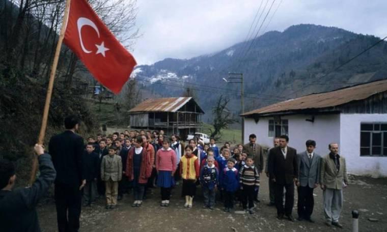 Φανατίζουν τους Τούρκους μαθητές με όρκο από το παρελθόν στα σχολεία