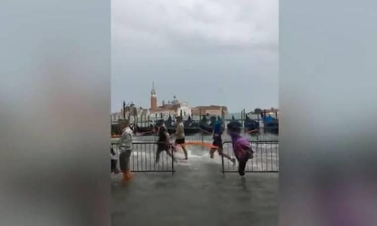 Απίστευτες εικόνες στον μαραθώνιο της Βενετίας: Οι δρομείς τσαλαβουτούσαν στα νερά! (vid)