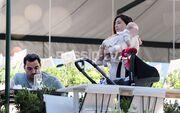 Φλορίντα Πετρουτσέλι- Άρης Γούτος: Βόλτες στη Βουλιαγμένη με την κόρη τους