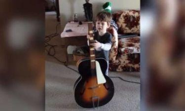 Δεν μπορεί καν να σηκώσει την κιθάρα, αλλά θα παίξει οπωσδήποτε! (vid)