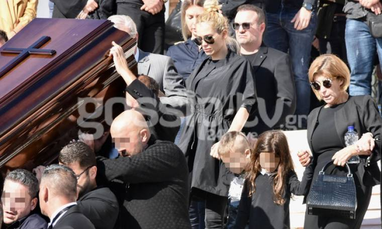 Οι πρώτες εικόνες από την κηδεία του Μακρή – Συντετριμμένη η Βικτώρια Καρύδα