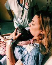 Η πρώτη φωτογραφία λίγα λεπτά μετά τη γέννηση του γιου της