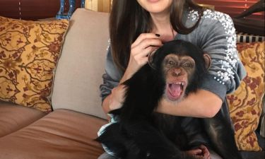 Παίκτρια του Power of love ποζάρει αγκαλιά με μια μαϊμού και αναρωτιέται αν μοιάζουν!