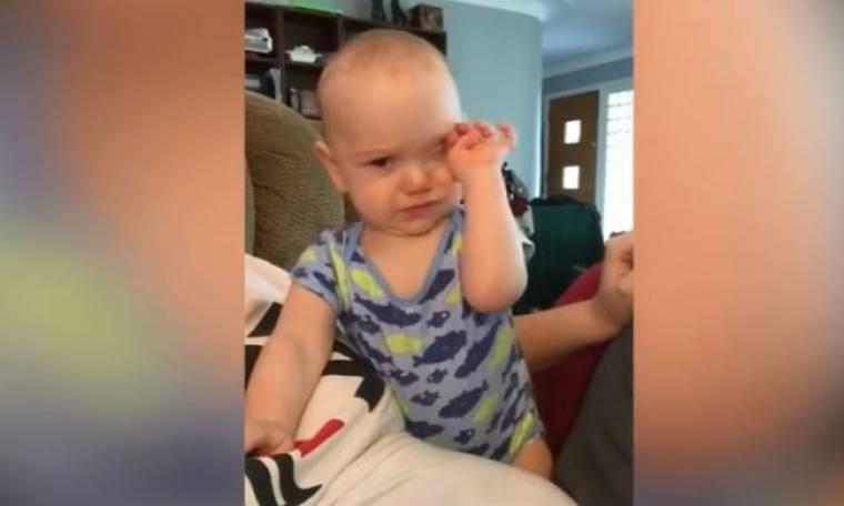 Θέλει να ξεγελάσει τη μαμά του με το ψεύτικο κλάμα του αλλά δεν τα καταφέρνει!