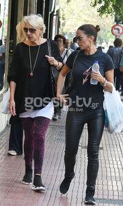 Έλλη Κοκκίνου: Βόλτα με τη μητέρα της στο κέντρο της Αθήνας!
