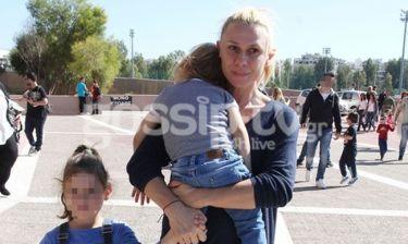 Κατερίνα Καραβάτου: Πού την εντόπισε ο φωτογραφικός φακός με τα παιδιά της;