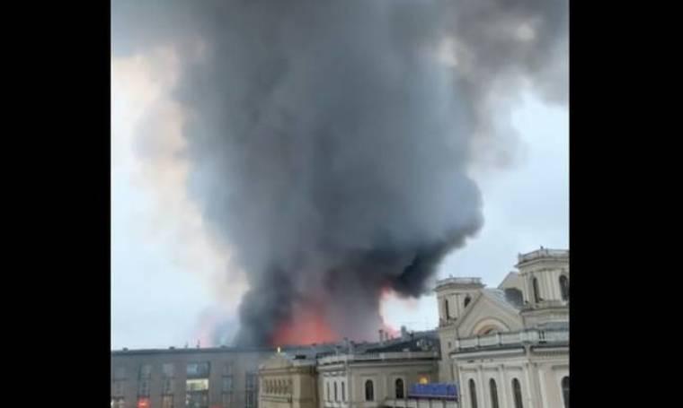 Πανικός από πυρκαγιά σε εμπορικό κέντρο στην Αγία Πετρούπολη: Εκκενώθηκε το κτήριο (vids)