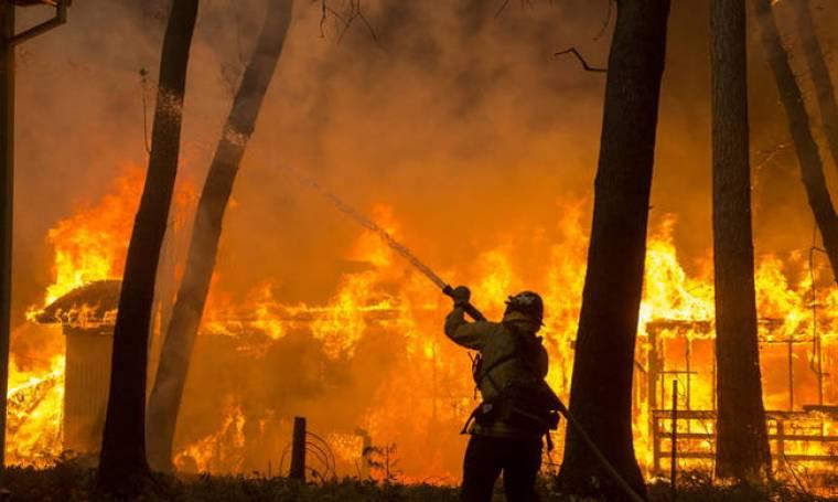 Πύρινη κόλαση στην Καλιφόρνια - Αυξάνονται δραματικά οι νεκροί από τις δύο πυρκαγιές (pics&vids)