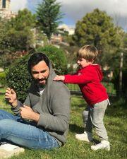 Δείτε τον «σκληρό» Μακσούτ της σειράς «Στα δίχτυα του πεπρωμένου» να παίζει με τον γιο του