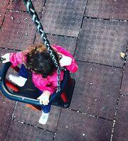 Γνωστή ηθοποιός σε παιδική χαρά με την κόρη της στο Παλαιό Φάληρο
