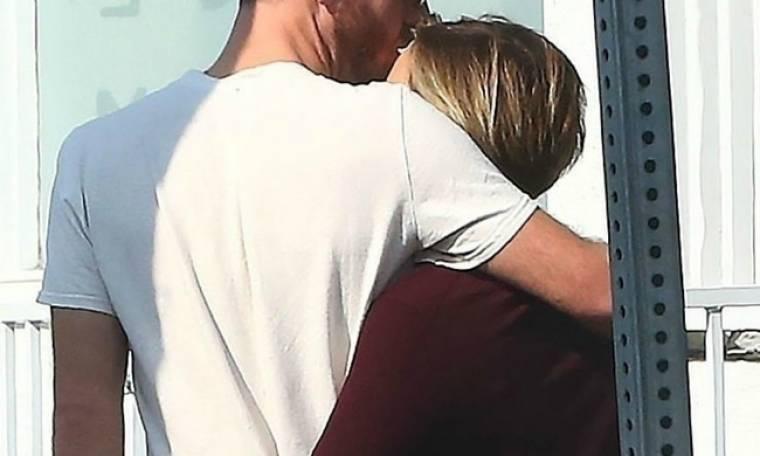 Ένα φιλί ήταν αρκετό! Πιάσαμε στα πράσα τη star με τον νέο της σύντροφο