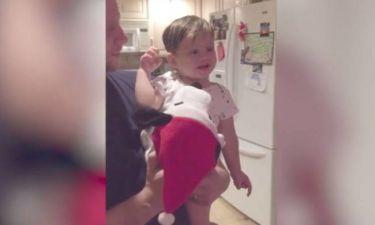 Μωρό ανακαλύπτει χριστουγεννιάτικο παιχνίδι και ενθουσιάζεται όσο δεν φαντάζεστε! (vid)