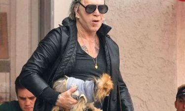 Κι όμως ο Mickey Rourke ταΐζει τον σκύλο του με… πιρούνι!