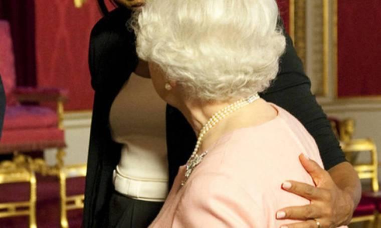 Μισέλ Ομπάμα: η απαγορευμένη αγκαλιά στην Ελισάβετ & η μυστική φιλία της με τον Μπους