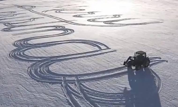 Δεν φαντάζεστε τι «έγραψε» στο χιόνι με το τρακτέρ του ένας αγρότης!