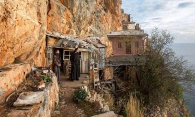 Άγιο Όρος: Οι μοναχοί που ζουν στην άκρη του γκρεμού