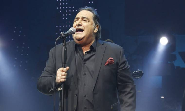 """Ο Βασίλης Καρράς με νέο """"alternative"""" look, τραγουδά με τον Μάκη Δημάκη (video)"""