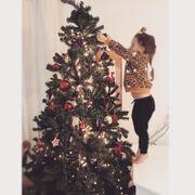 H μεγάλη της κόρη στόλισε το δέντρο και το ευχαριστήθηκε!