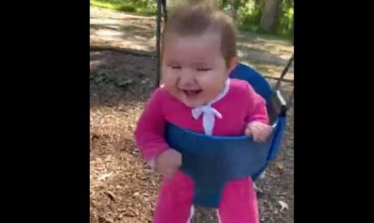Μωρό κάνει πρώτη φορά κούνια και το απολαμβάνει λίγο… παραπάνω (vid)