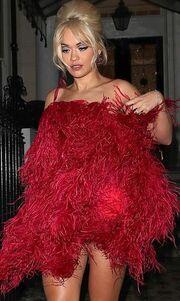 Το τόλμησε! Βγήκε έξω με αυτό το εκκεντρικό φόρεμα!