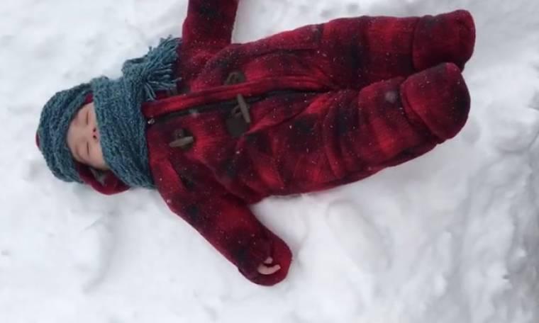 Η αντίδραση ενός μπόμπιρα όταν βλέπει για πρώτη φορά χιόνι!