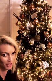 Γνωστό μοντέλο στόλισε το χριστουγεννιάτικο δέντρο με τα παιδιά της (Photos)