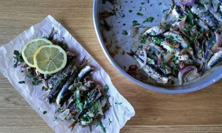 Απίθανη συνταγή από τον Γιώργο Τσούλη: Σαρδέλες φούρνου με λαδορίγανη