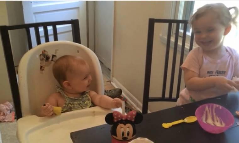 Βλέπει την αδελφή της και ξεσπάει σε γέλια
