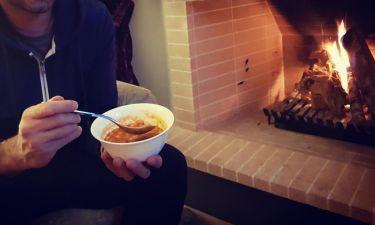 Έλληνας παρουσιαστής τρώει φασολάδα μπροστά στο τζάκι και μας δίνει τη συνταγή! (Photos)