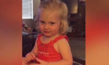 Μικρό κορίτσι προσπαθεί να δείξει τη… σοβαρή της πλευρά (vid)