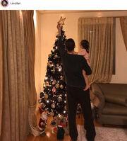 Ο Αντώνης Σρόιτερ στόλισε το Χριστουγεννιάτικο δέντρο αγκαλιά με την κόρη του