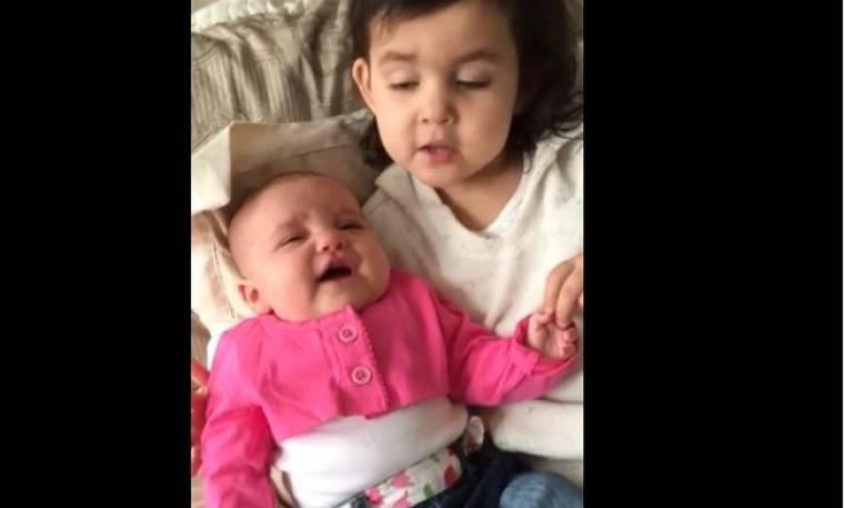 Δείτε τι κάνει για να κάνει την μικρή αδερφούλα της να σταματήσει να κλαίει (Video)