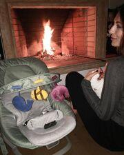 Μοναδικές στιγμές με το μωρό της μπροστά στο τζάκι για την παρουσιάστρια-Τα πρώτα τους Χριστούγεννα!