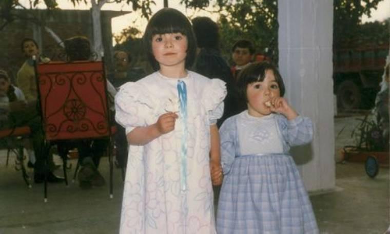 Δυο αδελφούλες είμαστε! Μπορείτε να αναγνωρίσετε ποια είναι τα κοριτσάκια της φωτογραφίας;