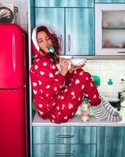 Μαίρη Συνατσάκη: Ποζάρει φορώντας πιτζάμες στην κουζίνα του σπιτιού της