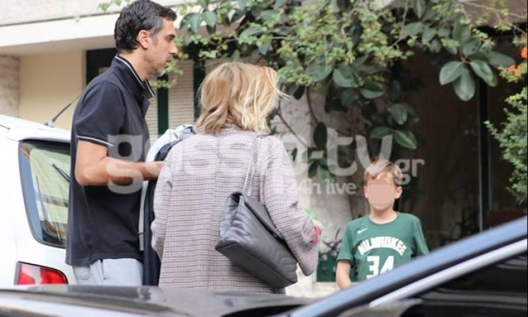 Νίκη Κάρτσωνα - Νίκος Χατζής: Με τον γιο τους στο κέντρο της Αθήνας (Photos)
