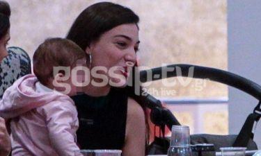 Ήβη Αδάμου: Πρώτη φορά με την κόρη της - Η βόλτα τους στη Θεσσαλονίκη (Photos)