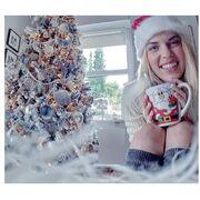 Ελληνίδα παρουσιάστρια εύχεται καλό μήνα ποζάροντας μπροστά από το χριστουγεννιάτικο δέντρο
