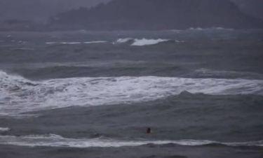 Πήγε για κολύμπι εν μέσω καταιγίδας και... δείτε πώς κατέληξε! (vid)