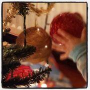 Ο Γιάννης Κότσιρας στόλισε το χριστουγεννιάτικο δέντρο με τον μεγάλο του γιο (φωτο)