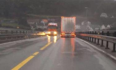 Η τρομακτική στιγμή που οδηγός βλέπει φορτηγό να… πέφτει πάνω του (vid)