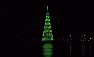 Επέστρεψε το πλωτό χριστουγεννιάτικο δέντρο στο Ρίο Ντε Τζανέιρο