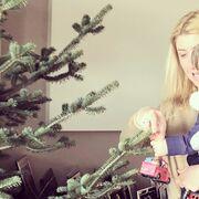 Σία Κοσιώνη: Στόλισε το χριστουγεννιάτικο δέντρο αγκαλιά με τον γιο της (φωτό)