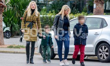 Φαίη Σκορδά: Βόλτα στη Γλυφάδα με τους γιους της και τη φίλη της, Νάνσυ Παραδεισάνου!