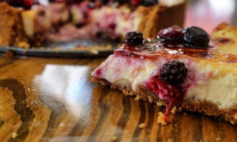 Cheesecake με riccota και σάλτσα από βατόμουρα