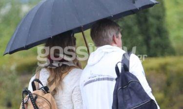 Τόσο δεμένοι και αχώριστοι που μοιράζονται ακόμα και την ίδια ομπρέλα! (φωτό)