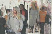Ελένη Μενεγάκη: Για ψώνια με τις κόρες της (pics)